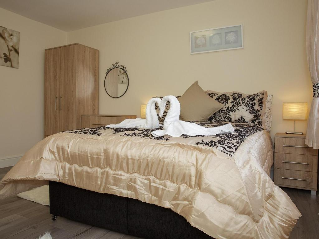 A bed or beds in a room at Gooseacre Rooms