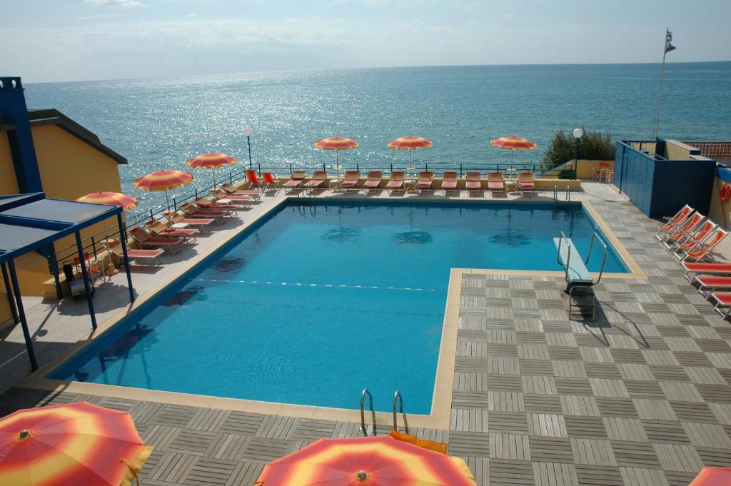 A view of the pool at Grand Hotel Dei Cesari Dependance or nearby