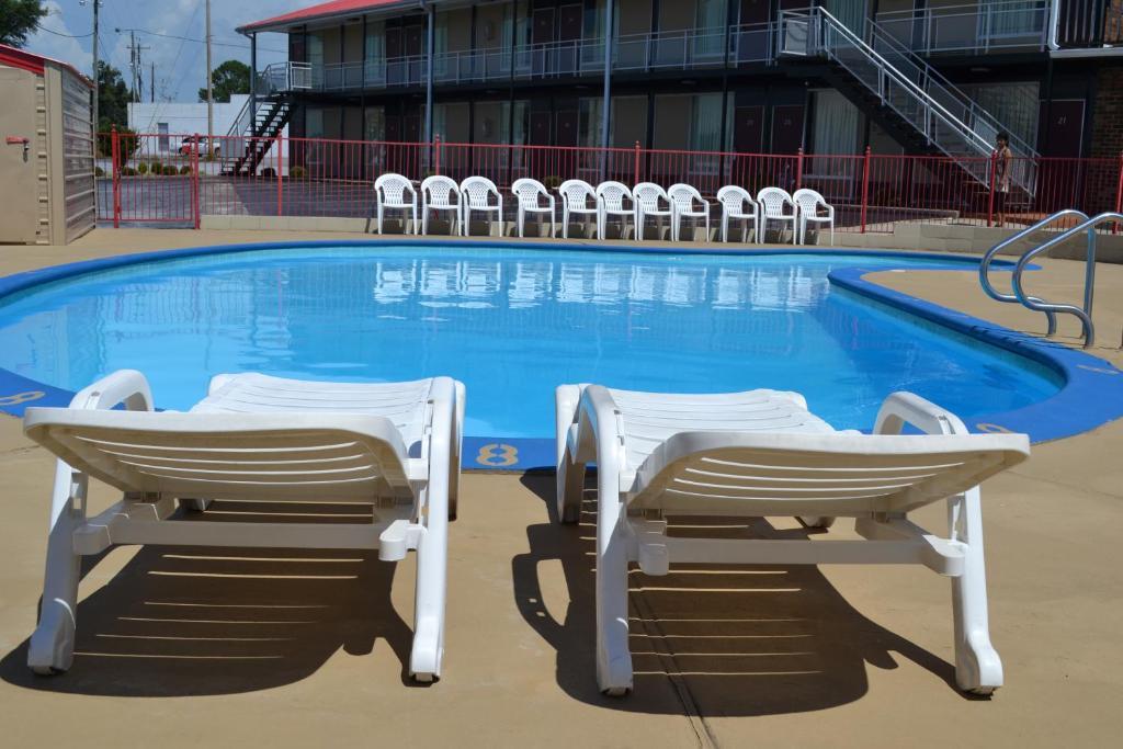 The swimming pool at or near Kings Inn Albertville