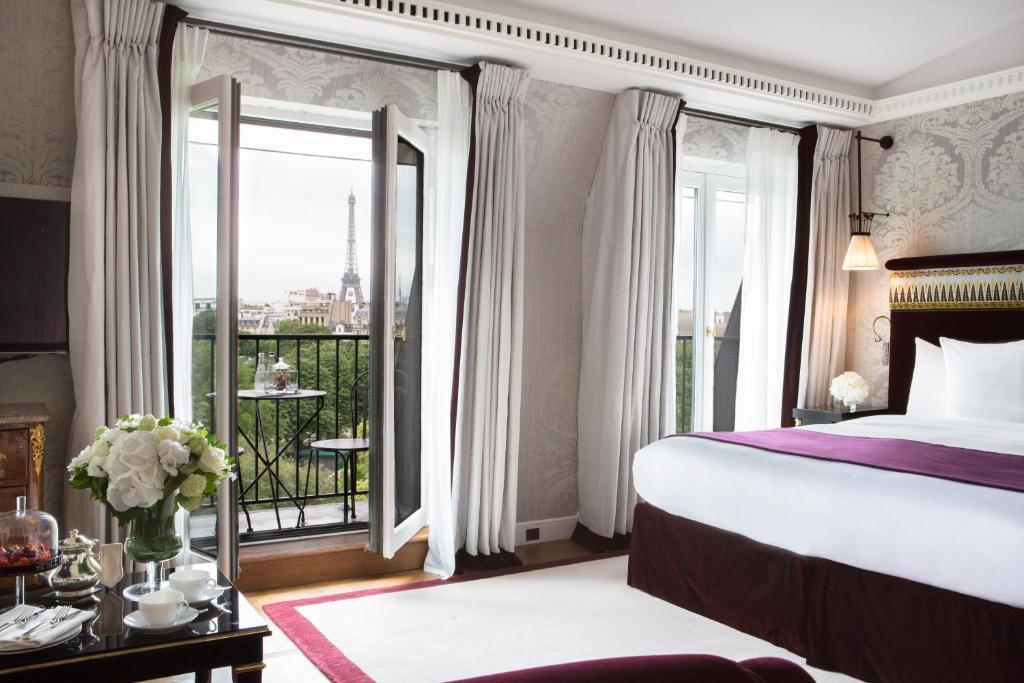 A bed or beds in a room at La Réserve Paris Hotel & Spa