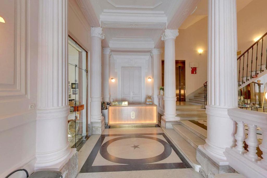A bathroom at Hôtel L'orque Bleue