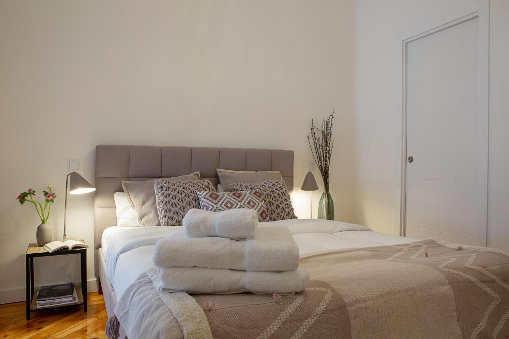 A bed or beds in a room at Trendy and Modern 4 Bed / 2Bath Apt in Salamanca