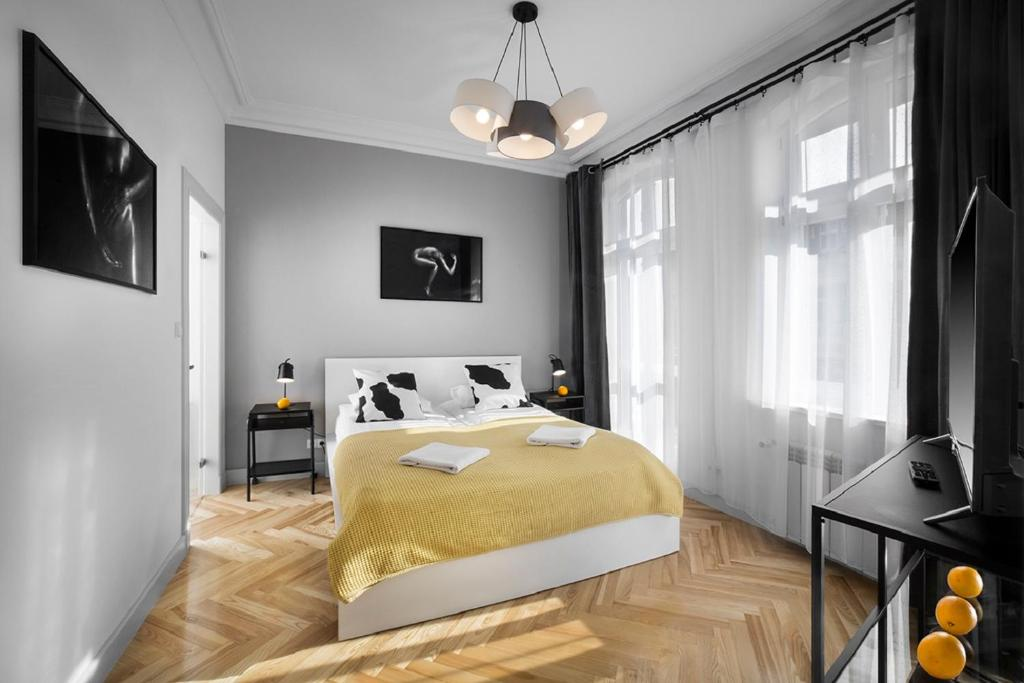 A bed or beds in a room at Apartamenty Pomarańczarnia