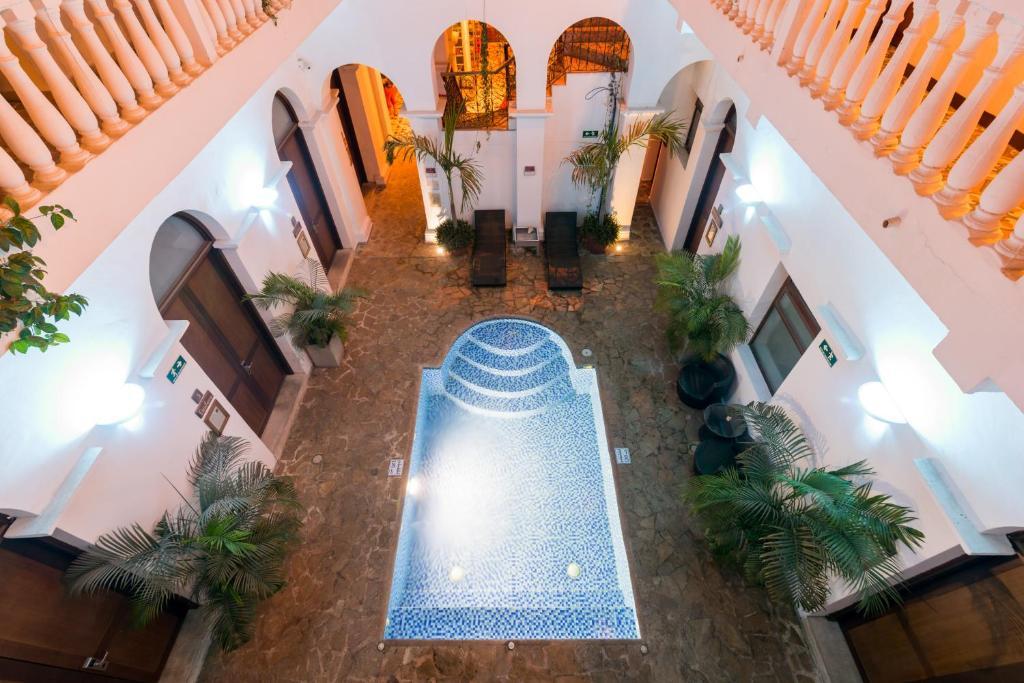 The swimming pool at or close to Masaya Hostel Santa Marta