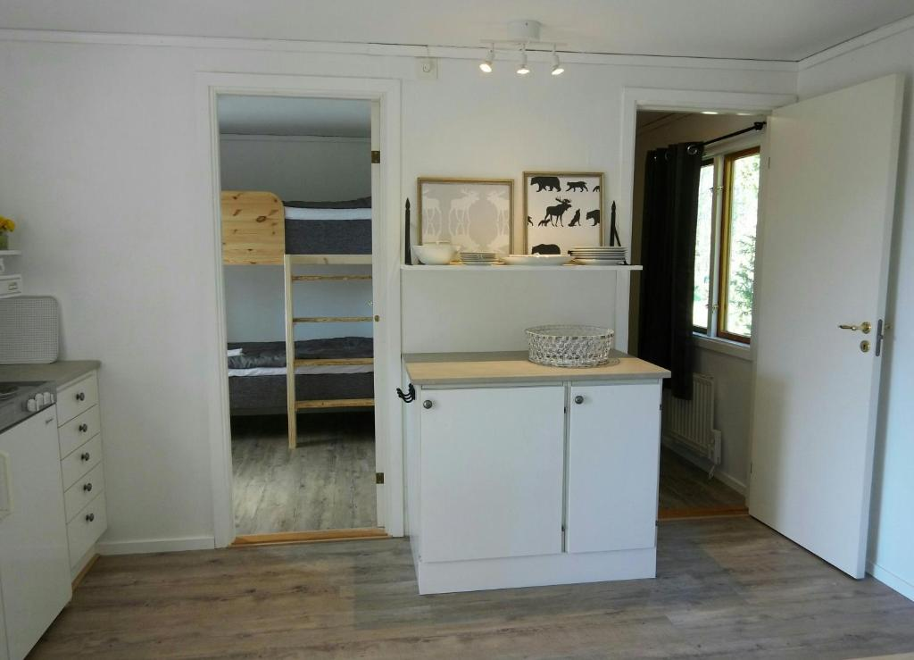 A kitchen or kitchenette at Ålebro stugby och camping
