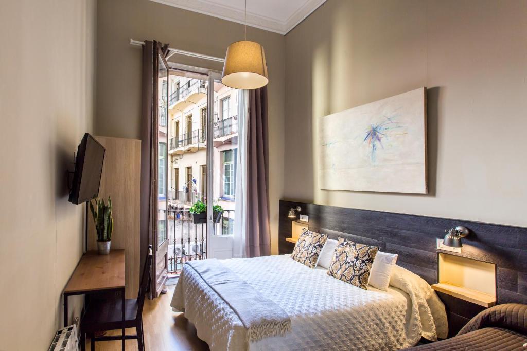Letto o letti in una camera di El Born Guest House by Casa Consell
