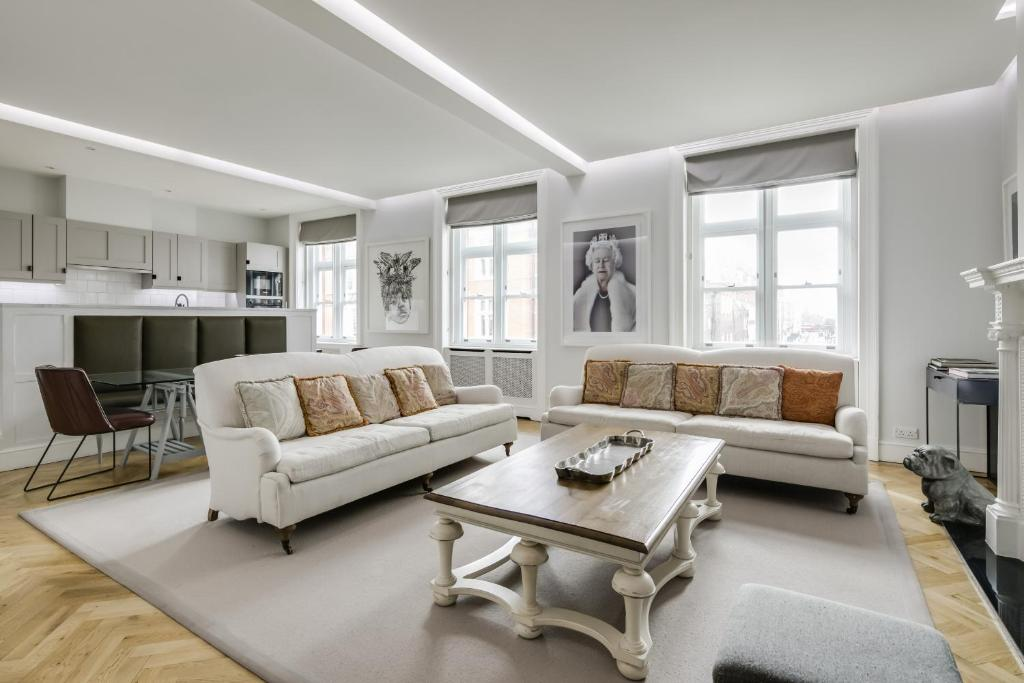 A seating area at Luxurious Mayfair Home by Hyde Park