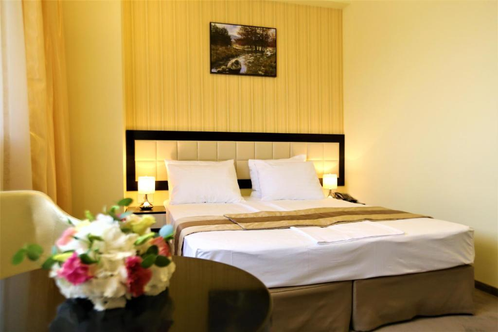A bed or beds in a room at Best Western Plus Briston