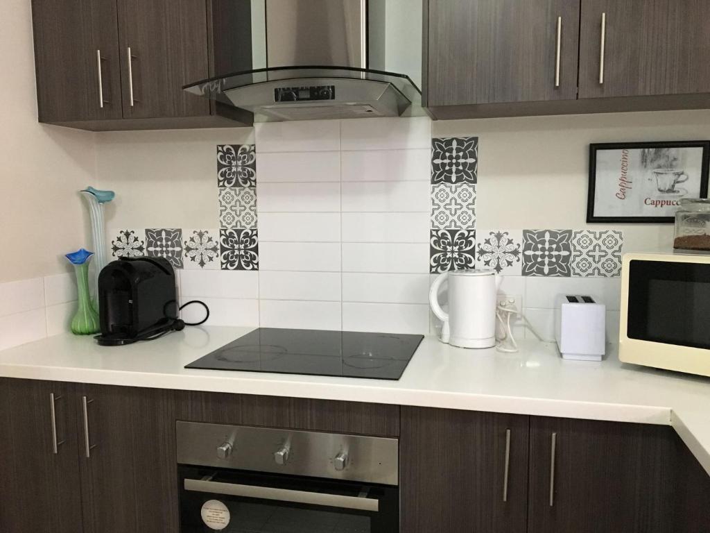 Кухня или мини-кухня в Hibiscus Haven