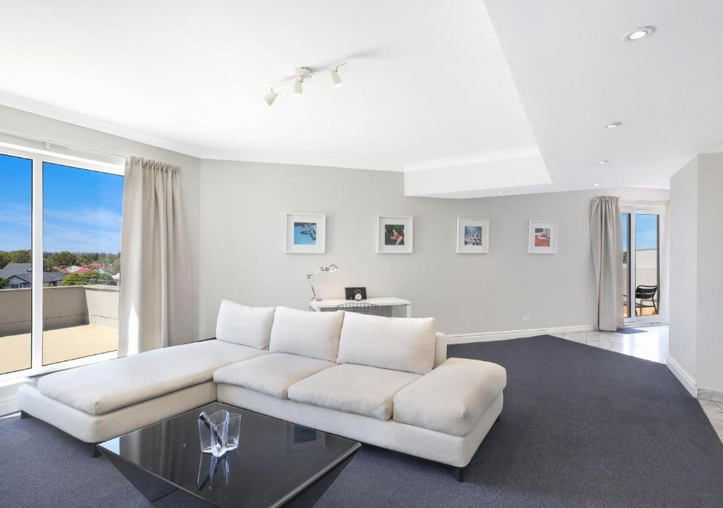 A seating area at AeA Sydney Airport Serviced Apartments