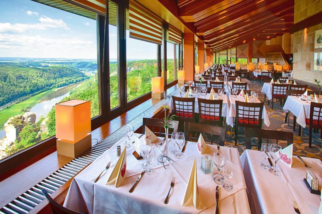 Ein Restaurant oder anderes Speiselokal in der Unterkunft Berghotel Bastei