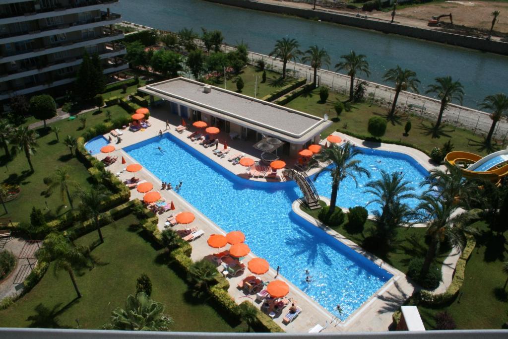 Вид на бассейн в Riverside Resort Property или окрестностях