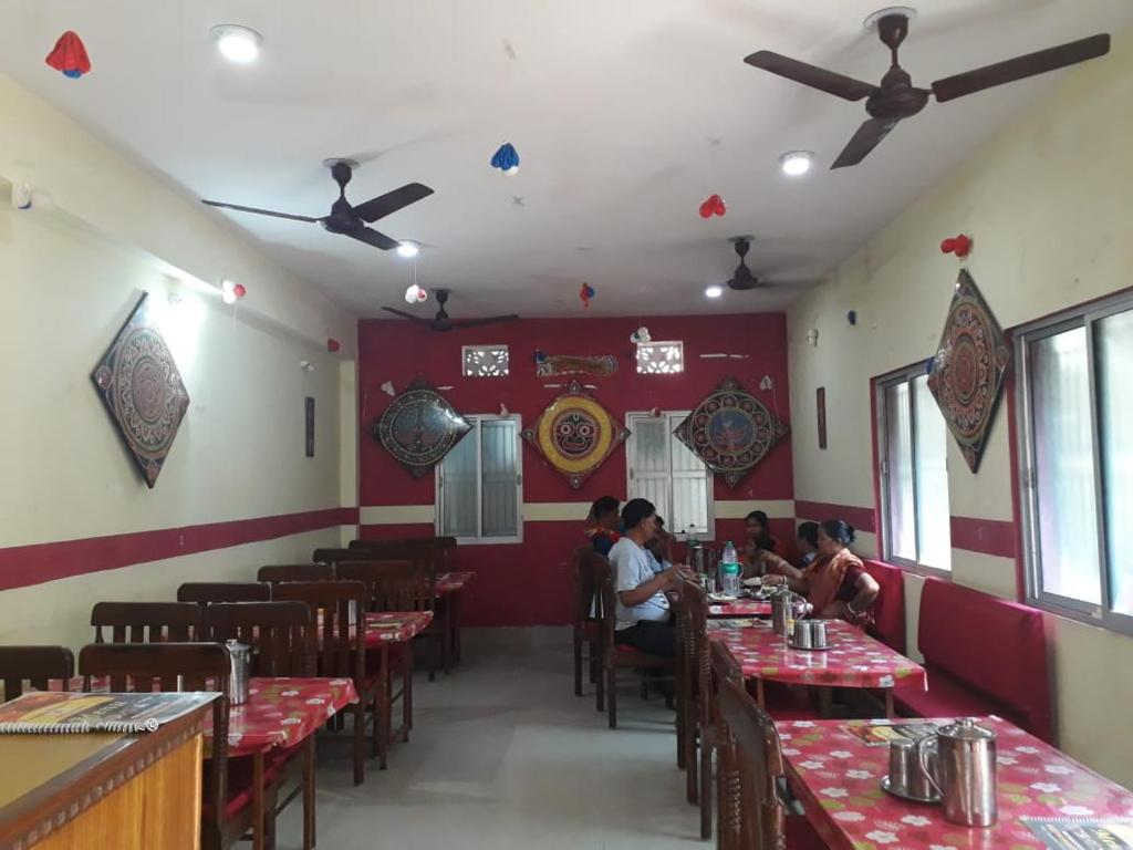 A restaurant or other place to eat at Goroomgo Xanadu Resort Puri