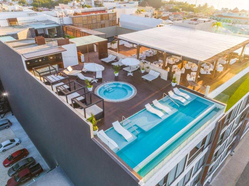 Uma vista da piscina em The Fives Downtown Hotel & Residences, Curio Collection by Hilton ou nos arredores