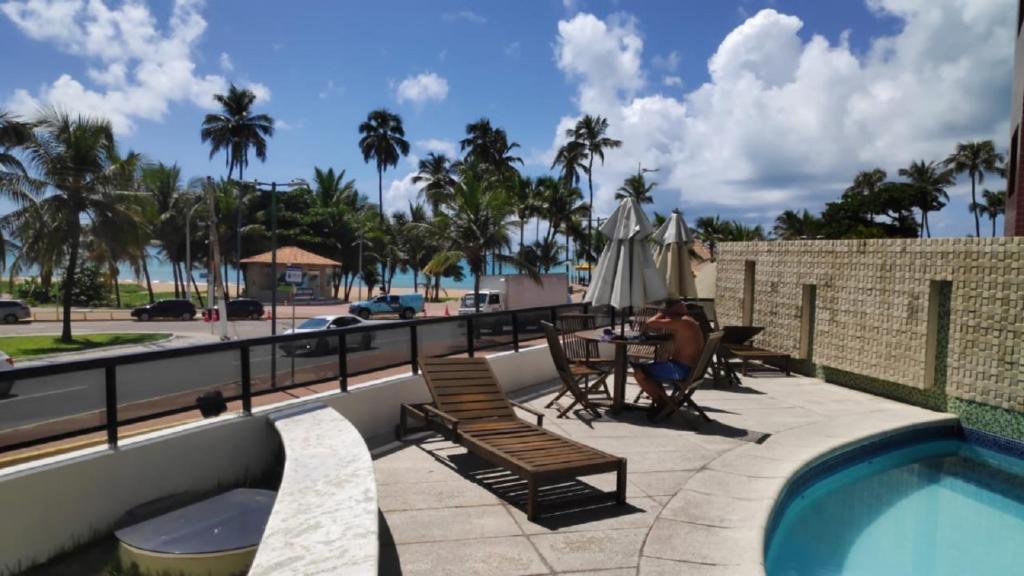 The swimming pool at or close to Quarto em Residencia com Piscina Frente Mar