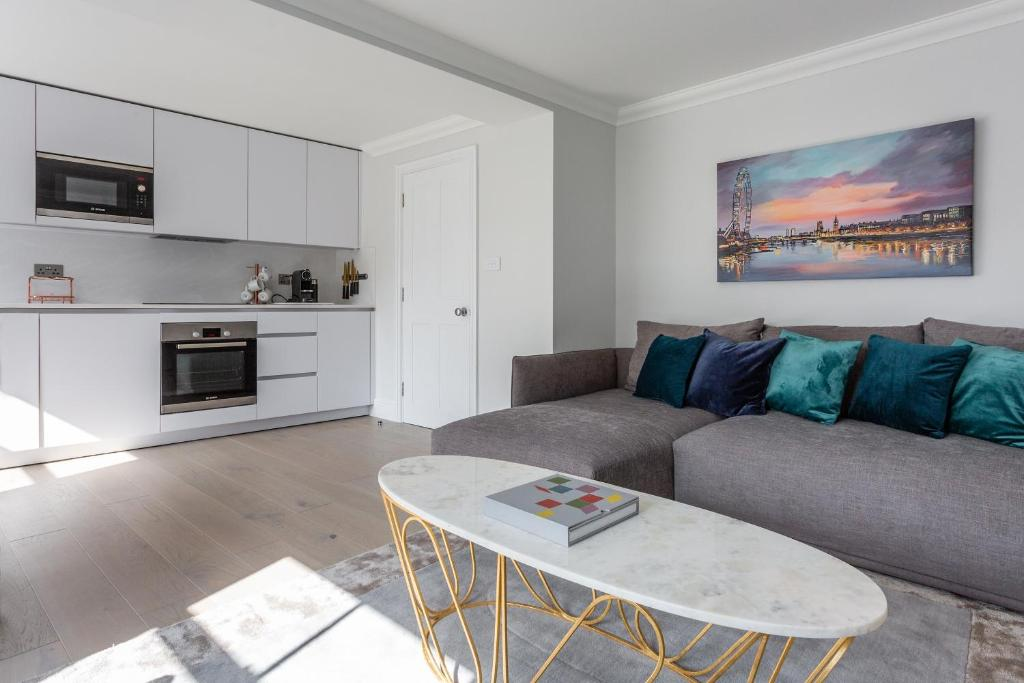 A kitchen or kitchenette at Dawson Place IV by Onefinestay