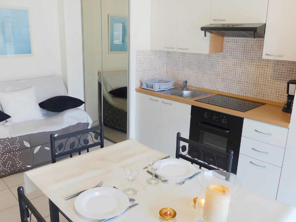 A kitchen or kitchenette at Apartment KARUKERA