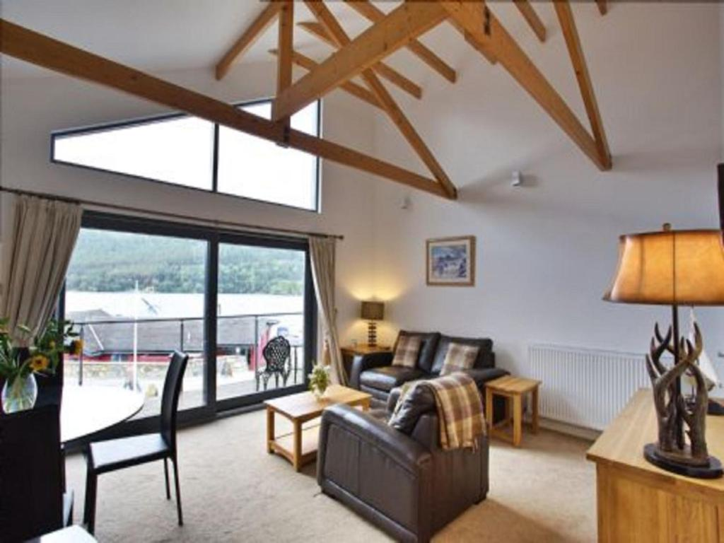 A seating area at Apartment Tay Loch