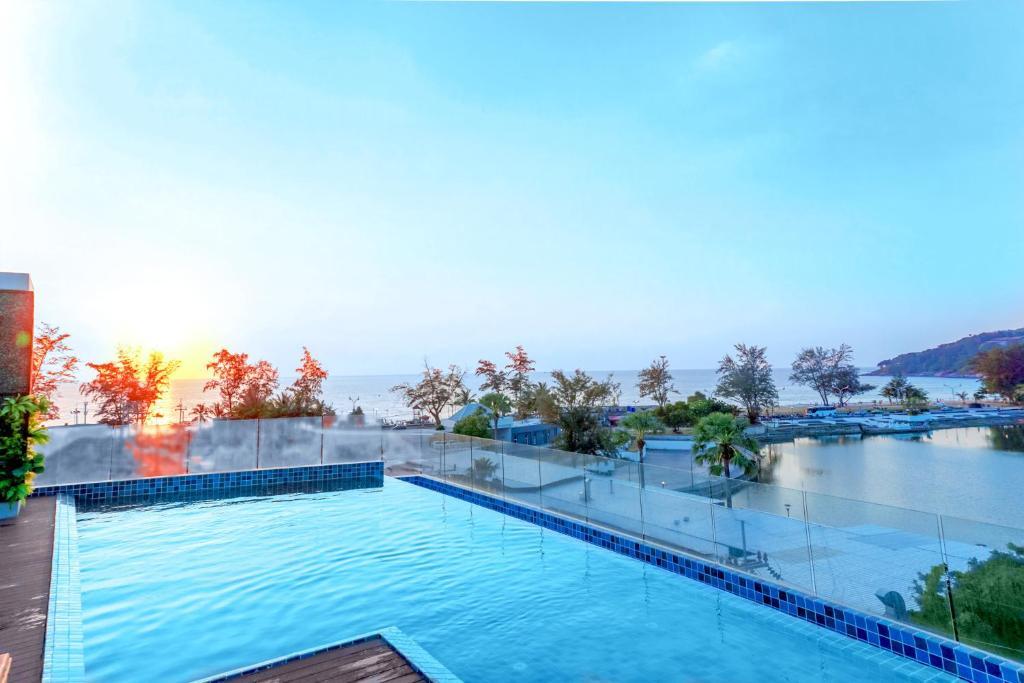 Бассейн в Phoenix Hotel Karon Beach или поблизости