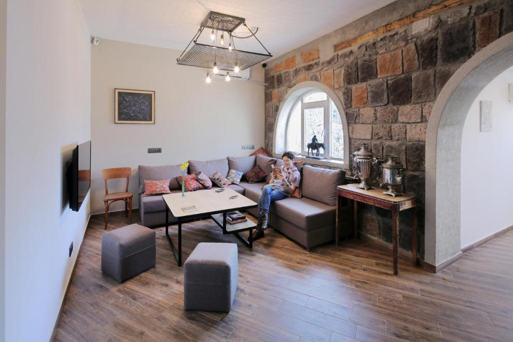 A seating area at Highland Hostel