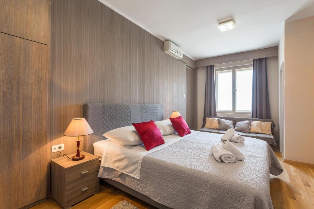 Ein Bett oder Betten in einem Zimmer der Unterkunft Golden Split Rooms