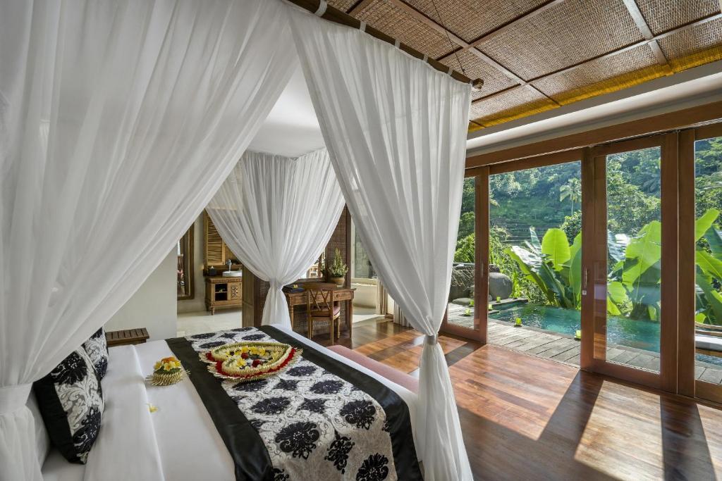 Una cama o camas en una habitación de The Kayon Jungle Resort by Pramana