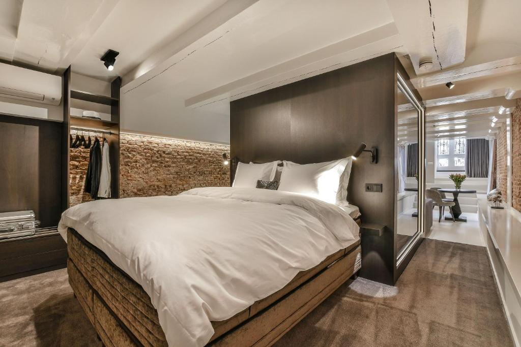 A bed or beds in a room at Luxury Canal Suite De Heren