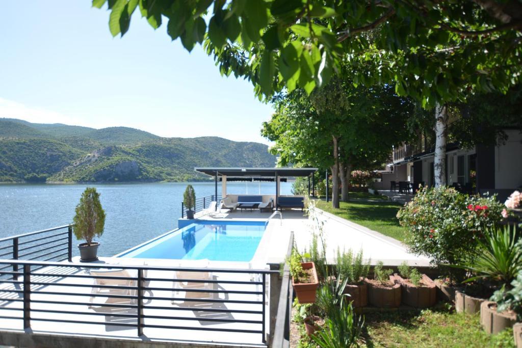 Der Swimmingpool an oder in der Nähe von Villa Tikvesh Lake