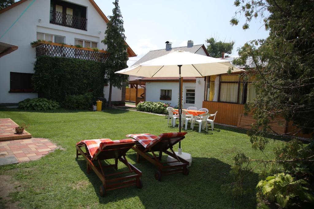Ein Garten an der Unterkunft Simply Szálló