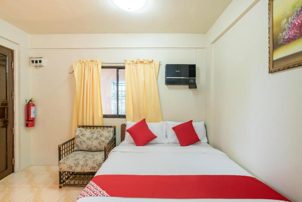 A bed or beds in a room at OYO 145 Conrado's Apartelle