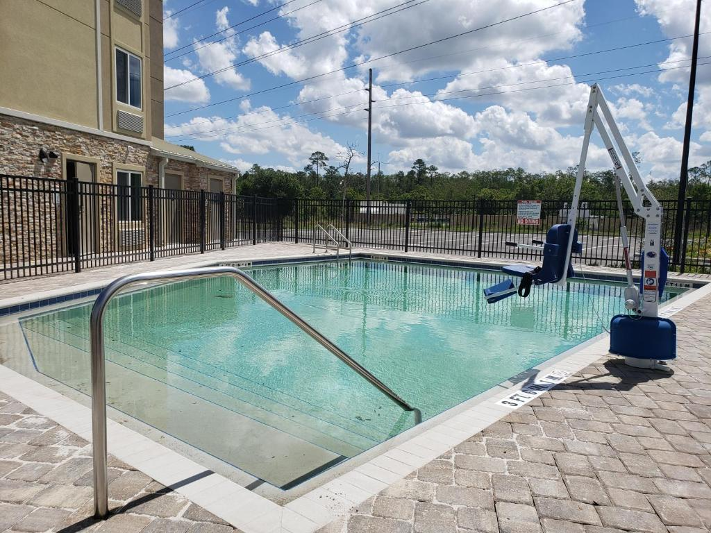 The swimming pool at or close to Woodspring Suites Orlando International Drive