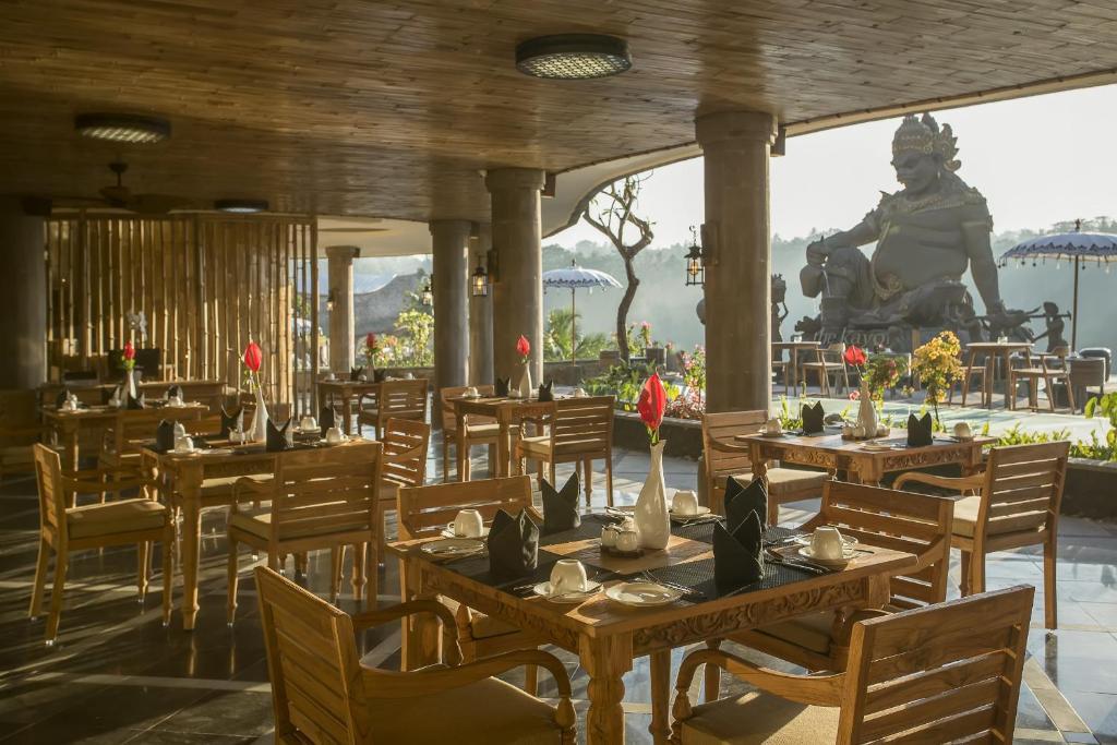 Un restaurant u otro lugar para comer en The Kayon Jungle Resort by Pramana