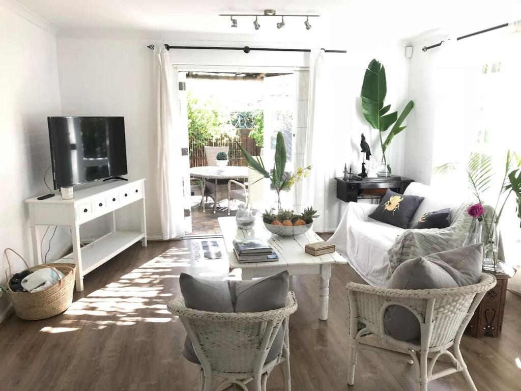 Fantastic Apartment Centrally Located Newlands Townhouse Stones Onthecornerstone Fun Painted Chair Ideas Images Onthecornerstoneorg
