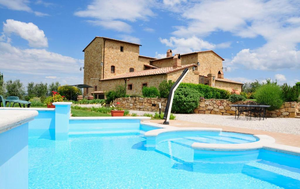 The swimming pool at or near Agriturismo Il Macchione