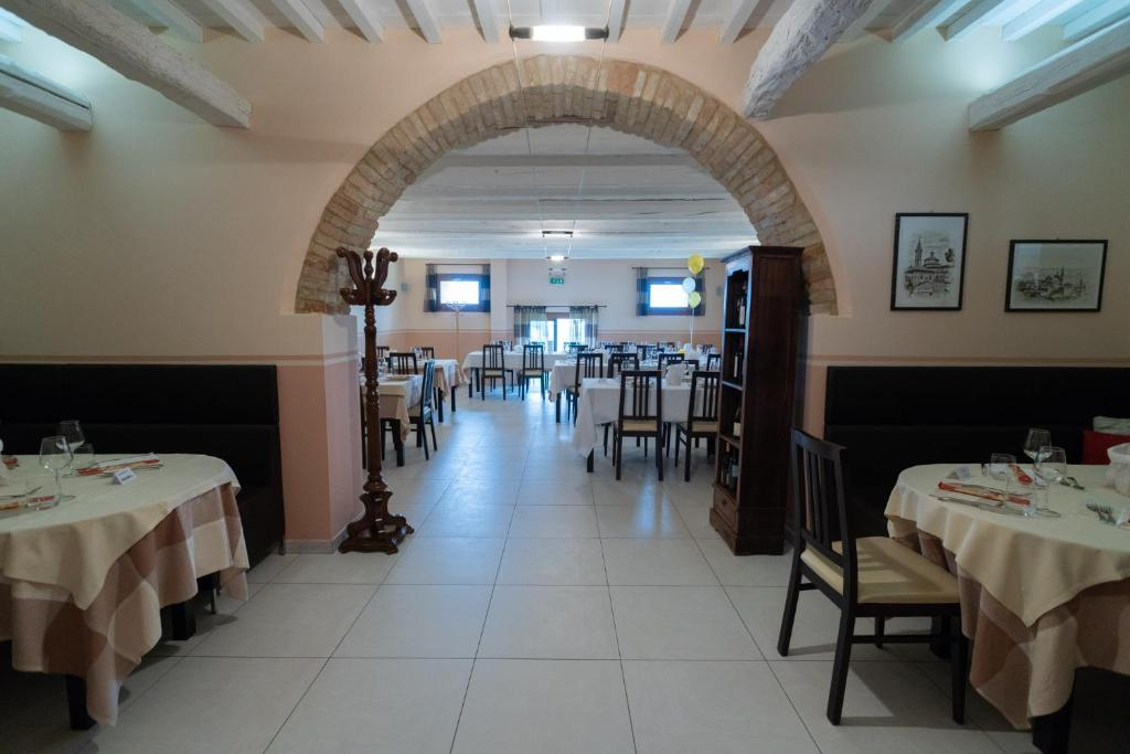A restaurant or other place to eat at Hotel Ristorante Cantina Langelina