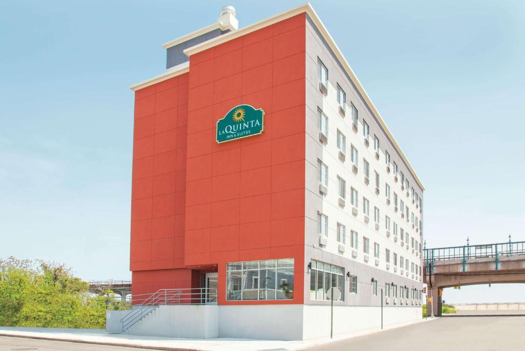 La Quinta Inn & Suites Far Rockaway.