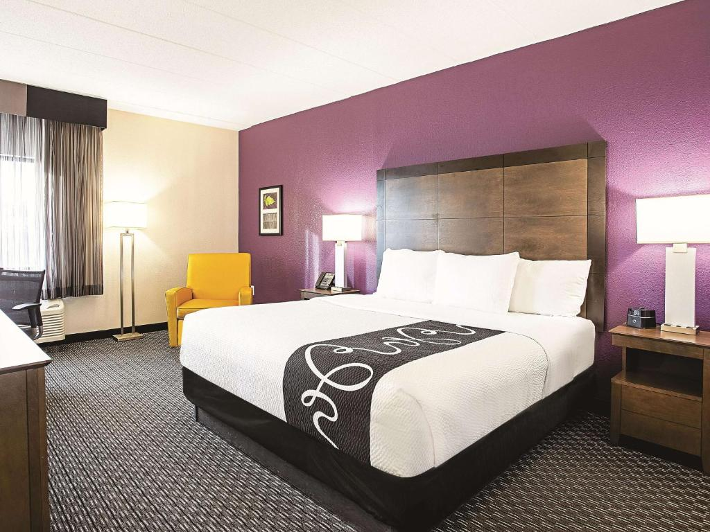 A bed or beds in a room at La Quinta by Wyndham Baltimore N / White Marsh