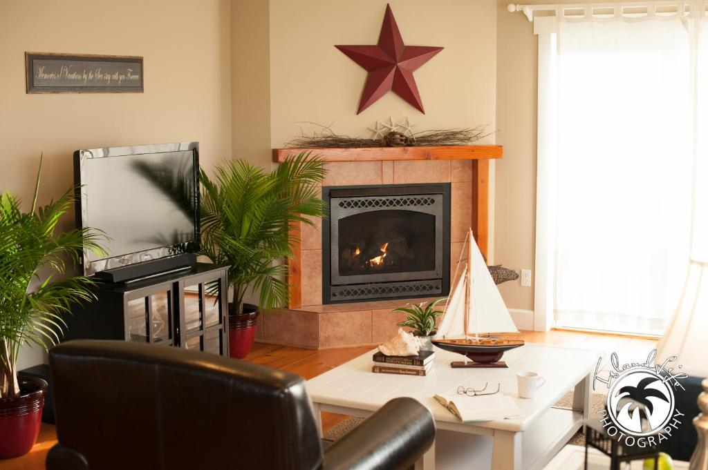 A seating area at Cozy Harbor Cottage