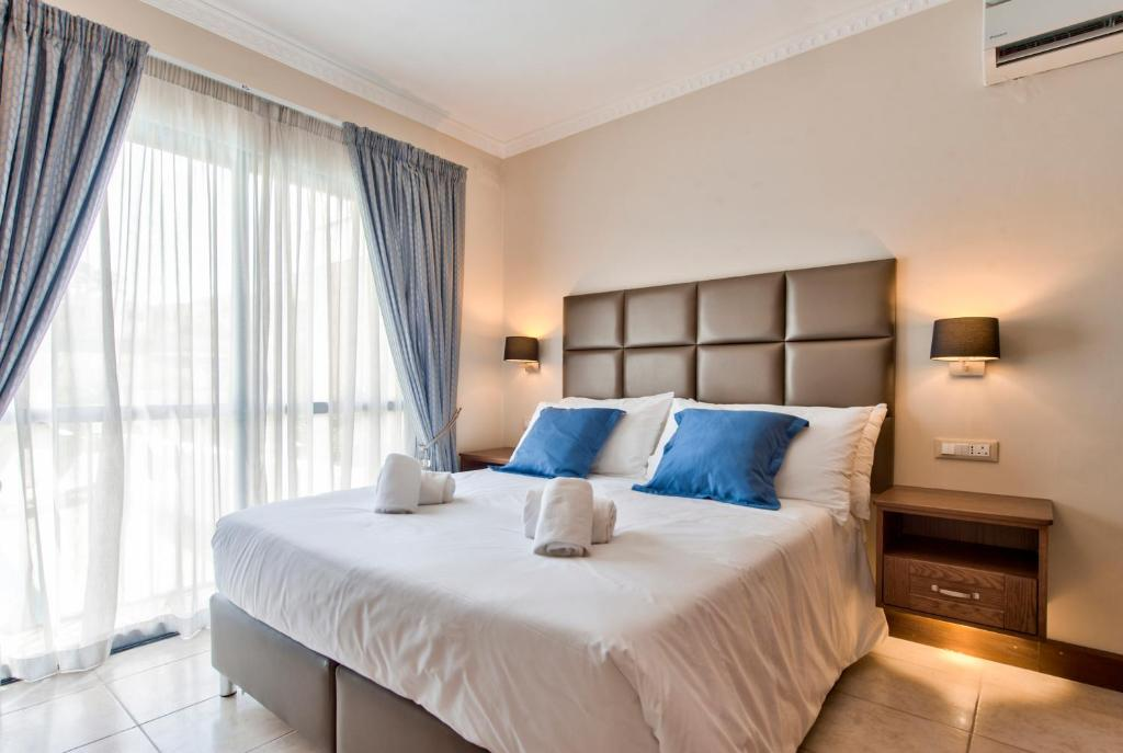 A bed or beds in a room at Baldacchino Holiday Villas