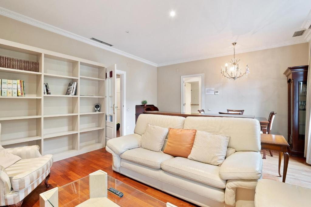 A seating area at Lovely and modern 3-Bed apartment in the city centre