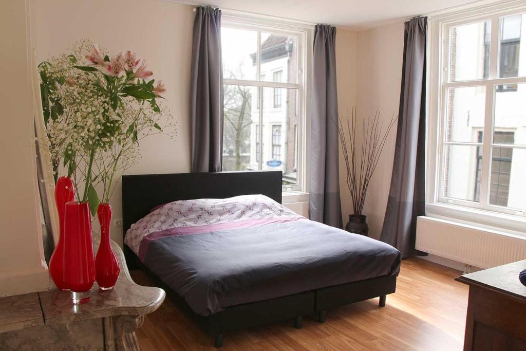 Een bed of bedden in een kamer bij B&B Bij De Jongens