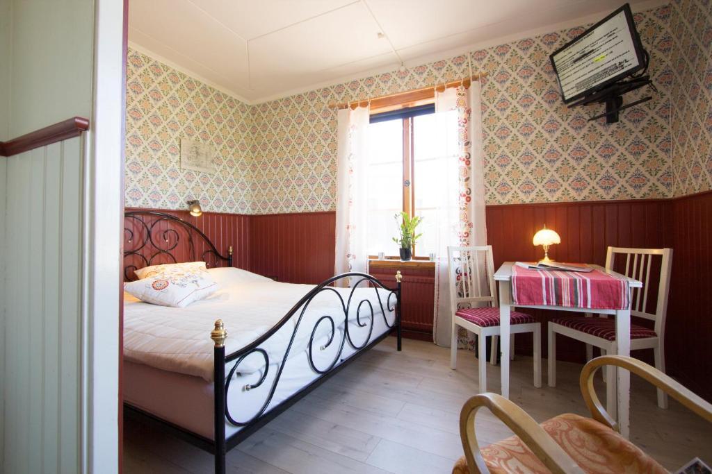 سرير أو أسرّة في غرفة في Prinsgården Vandrarhem