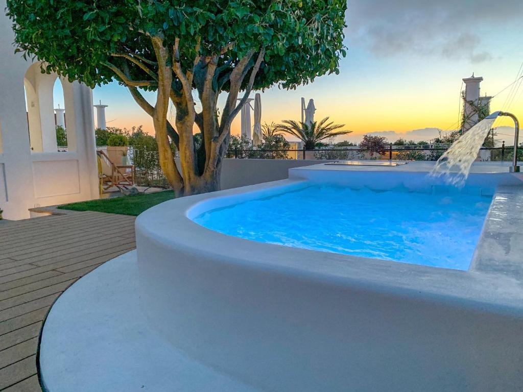 A piscina localizada em La Giuliva Charming Rooms ou nos arredores