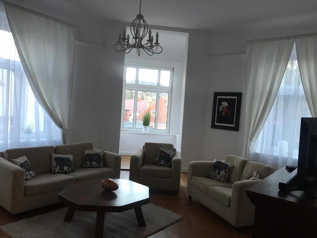A seating area at Nokturn Apartament