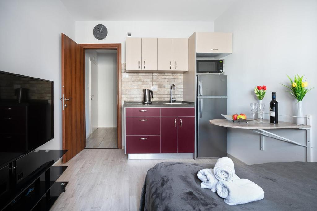 A kitchen or kitchenette at Apartment Alexa, City Ashdod