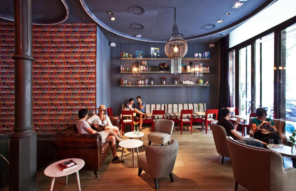 A restaurant or other place to eat at Chic & Basic Born Boutique Hotel