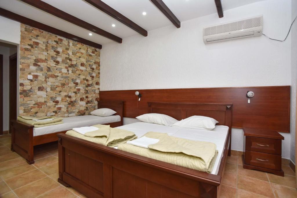 Ліжко або ліжка в номері Hotel Galeb