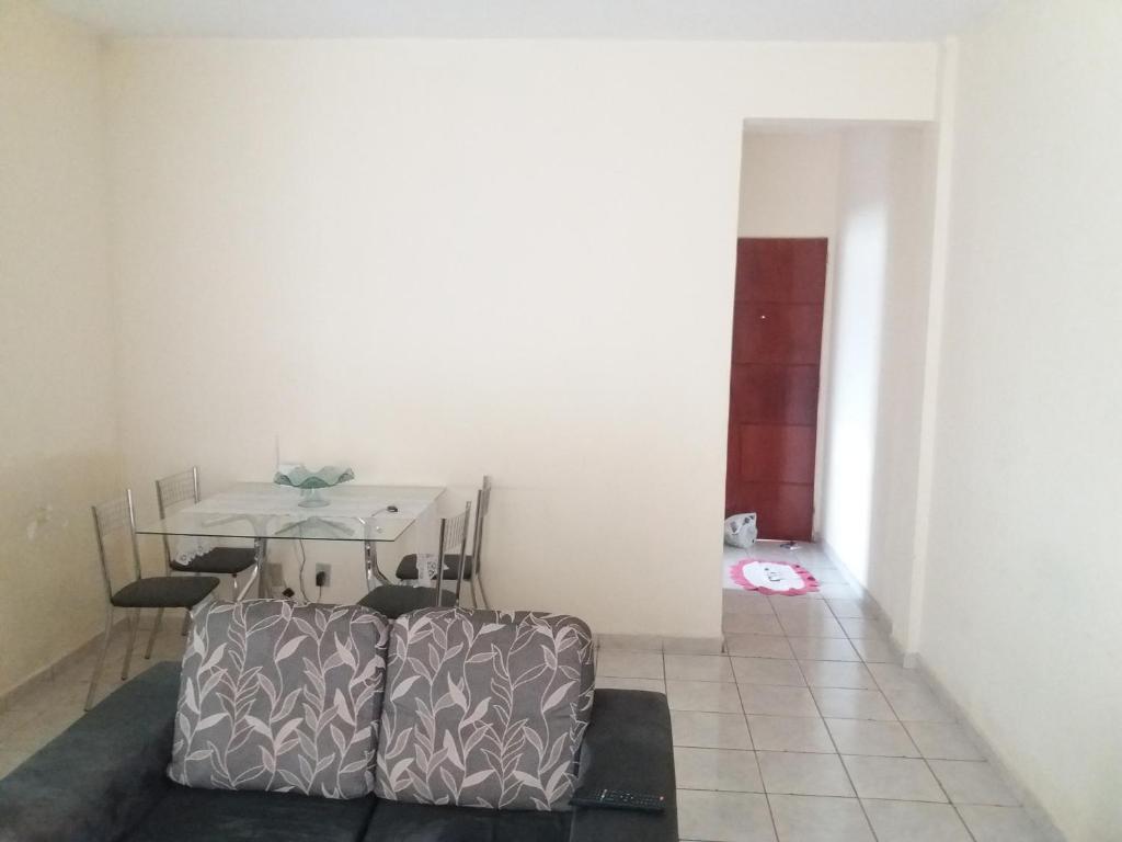 A seating area at Fran Apê bem localizado
