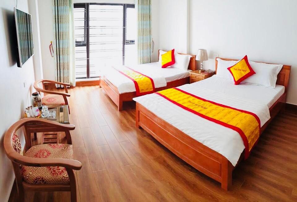 سرير أو أسرّة في غرفة في Thanh Hoài Hotel