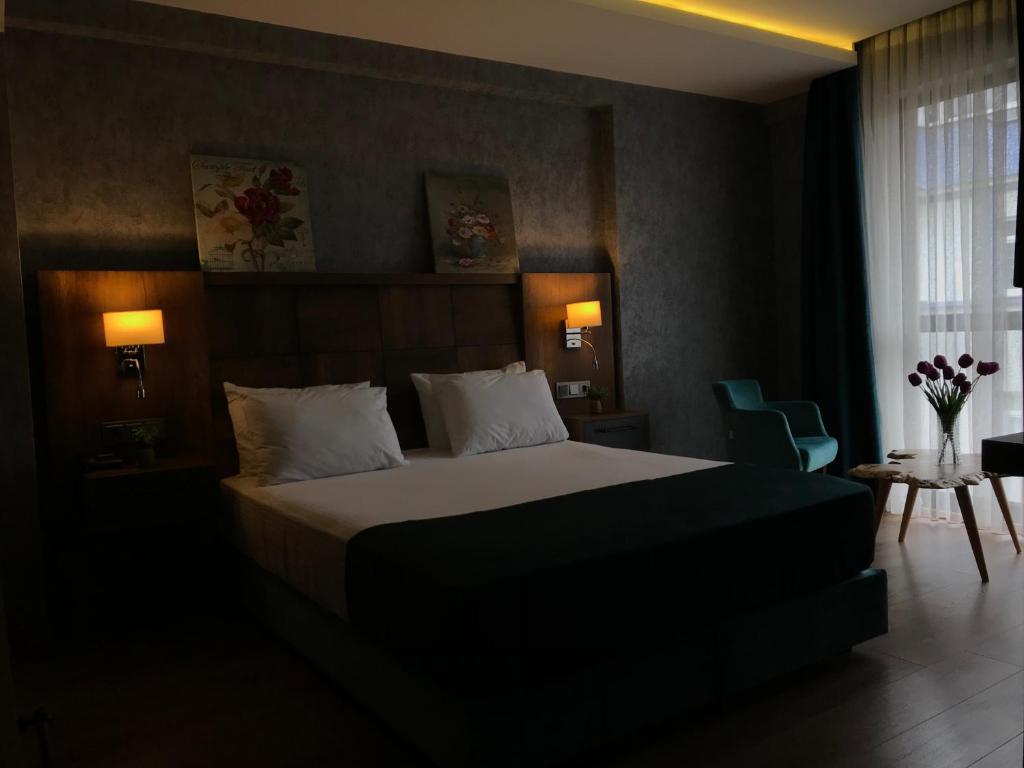 سرير أو أسرّة في غرفة في فندق ديديهان
